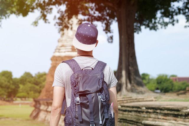 Tourist mit Rucksack geht spazieren